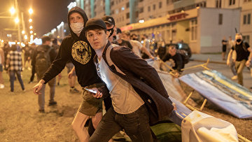 Демонстранты устанавливают баррикады на улице во время митинга после президентских выборов в Минске