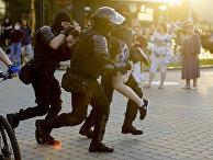 Сотрудники полиции во время задержания демонстранта в Минске