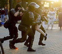 Сотрудники милиции во время задержания демонстранта в Минске