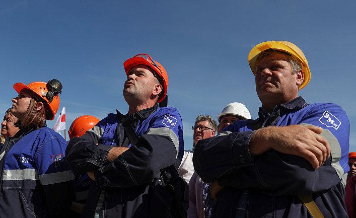 Сотрудники компании «Гродно Азот» во время митинга против результатов президентских выборов в Гродно, Белоруссия