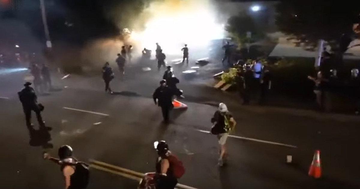 80 ночей в Портленде: протестующие скандируют «Убей полицейского, спаси жизнь», два офицера госпитализированы (Breitbart, США)
