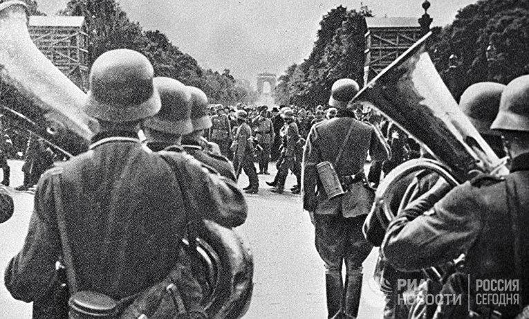 Открытка, изображающая парад немецких войск в Париже в 1940 году