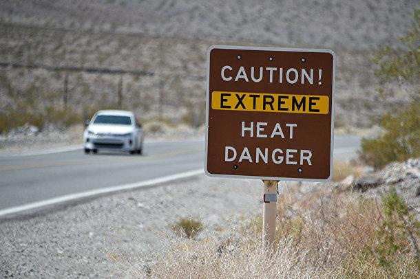 Дорожный знак, предупреждающий автомобилистов об опасности экстремально высокой температуры в Долине Смерти в Калифорнии