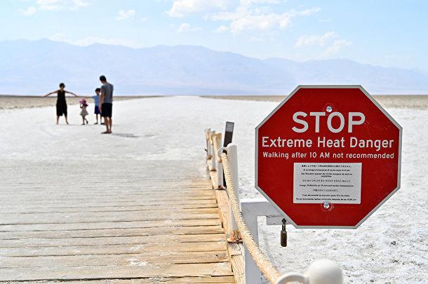 Предупреждающий знак в бассейне Бадуотер в Долине смерти