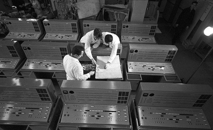 Конструкторы в одном из цехов завода