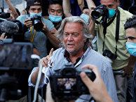 Бывший советник Белого дома Стив Бэннон покидает здание суда в Нью-Йорке