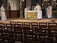 Архиепископ Парижский Мишель Опети (в центре) во время пасхальной службы в церкви Сен-Жермен-л'Оксерруа в Париже