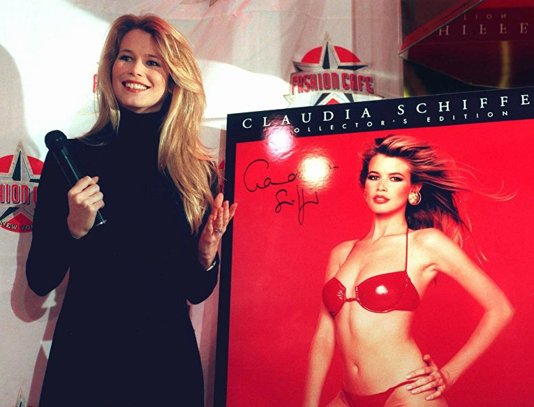 Клаудия Шиффер рядом со своим календарем 1997 года