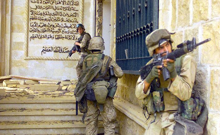 Морские пехотинцы США перед входом в один из дворцов Саддама Хусейна в Багдаде