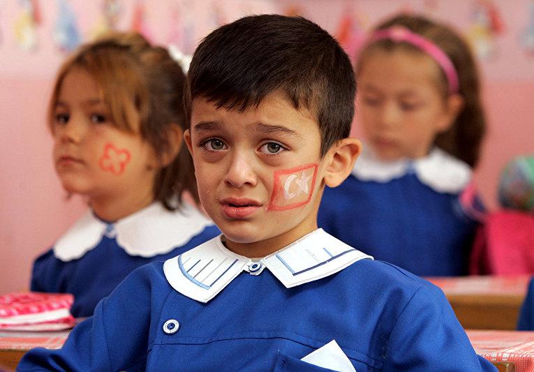 Турецкие школьники в начальной школе Кумхуриет в Стамбуле