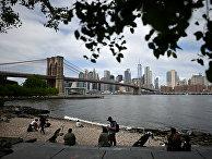22 мая 2020. Люди на пляже в Нью-Йорке с видом на Манхеттен и Бруклинский мост
