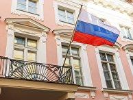 Флаг РФ на здании посольства России в Таллине