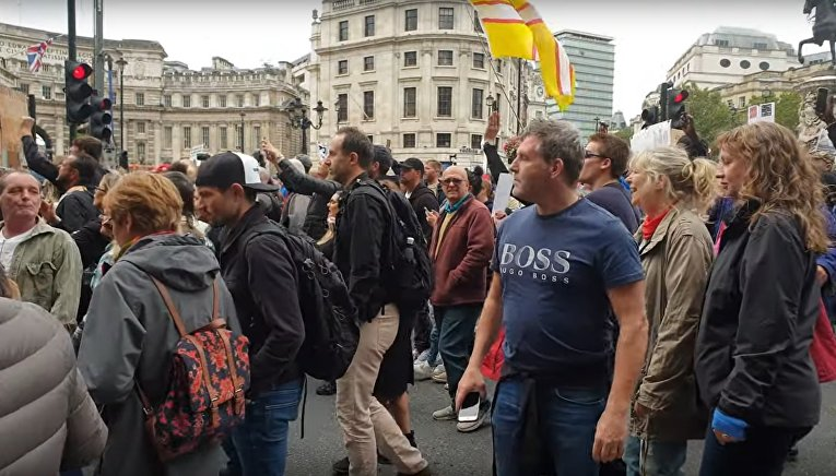 В Лондоне антимасочники оскорбляют сторонников мер безопасности