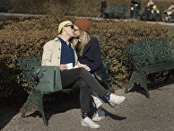Парочка целуется в парке во время пандемии коронавируса, Стокгольм, Швеция