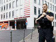 Полицейский у больничного комплекса Шарите в Берлине, Германия