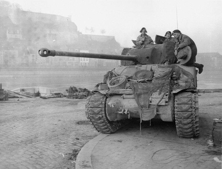 Британский танк Sherman у реки Маас в Намюре в декабре 1944 года