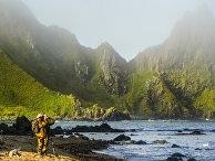 Участники экспедиции стоят на берегу мыса Васин острова Уруп (остров южной группы Большой гряды Курильских островов).