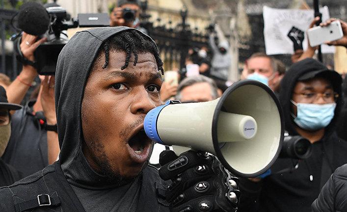 Британский актер Джон Бойега во время акции протеста BLM в Лондоне