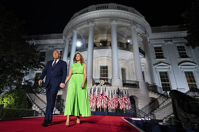 Президент США Дональд Трамп и первая леди Мелания Трамп у Белого дома в Вашингтоне
