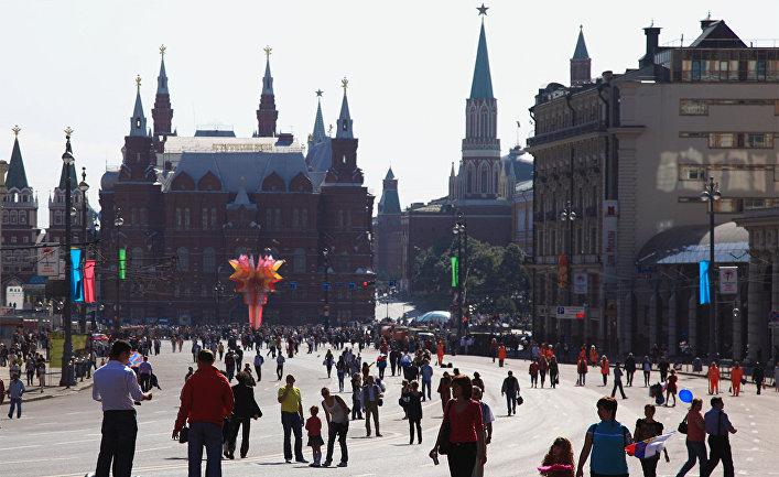 Жители Москвы на Тверской улице