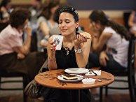 Девушка в кофейне