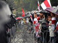 """Участники несанкционированной акции оппозиции """"Марш единства"""" и сотрудники милиции на одной из улиц в Минске"""