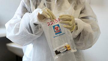 Образцы крови добровольцев во время клинических испытаний вакцины от коронавируса в Йоханнесбурге