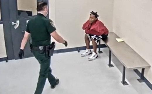 Сотрудник полиции отстранен от работы после нападения на 17-летнего юношу