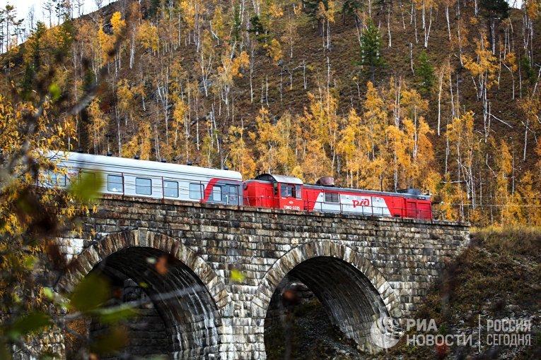 Поезд проезжает мост