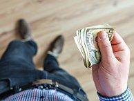 Мужчина держит деньги