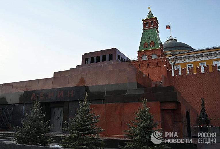 Мавзолей В. И. Ленина, Сенатская башня Московского Кремля и Сенат