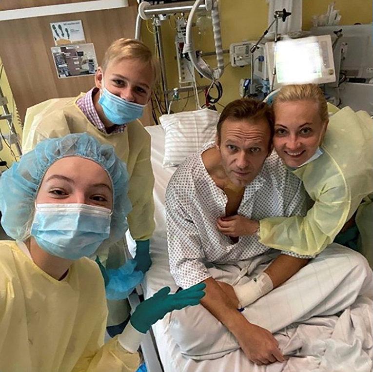 Российский политик Алексей Навальный c семьей в больнице Charite в Берлине, Германия