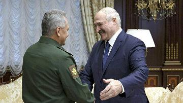 Президент Белоруссии Александр Лукашенко и министр обороны России Сергей Шойгу