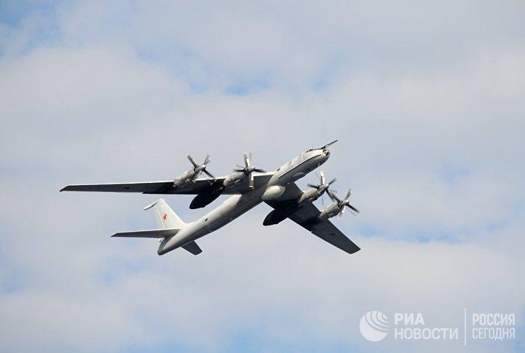Противолодочный самолет ТУ-142 во время праздничного парада в День Военно-морского флота РФ на главной базе Северного флота в Североморске
