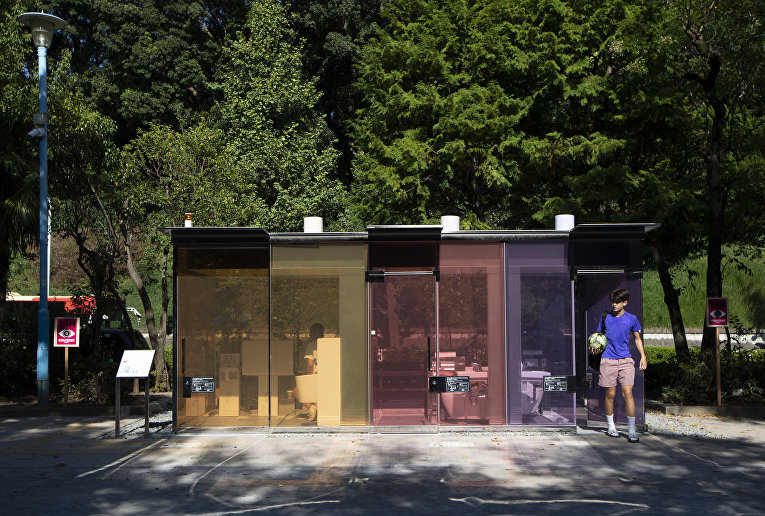 Прозрачный общественный туалет в Токио, Япония