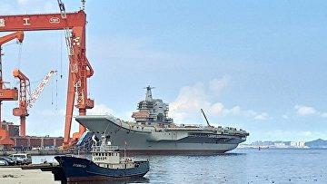 Китайский авианосец в порту Далянь, провинция Ляонин