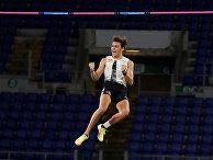 17 сентября 2020. Арман Дюплантис берет высоту во время соревнований в прыжках с шестом на этапе Бриллиантовой лиги в Риме, Италия
