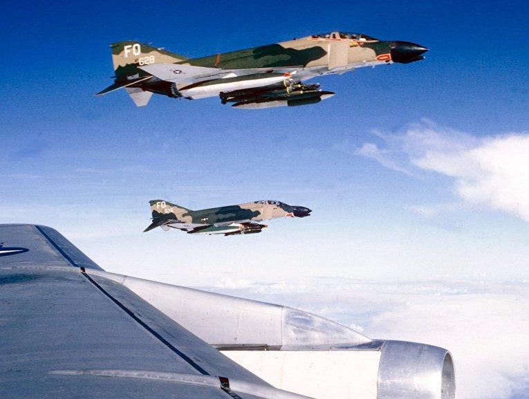 Истребители F-4 в небе над Вьетнамом