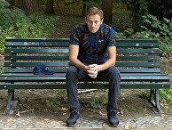 23 сентября 2020. Алексей Навальный сидит на скамейке в Берлине, Германия