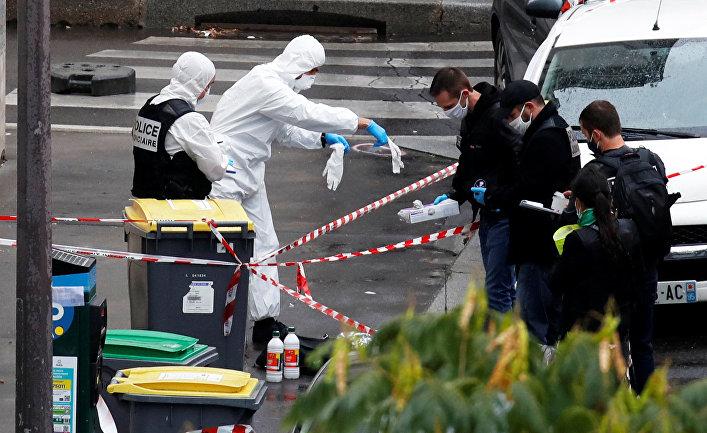 25 сентября 2020. Полицейские на месте инцидента недалеко от редакции Charlie Hebdo в Париже, Франция