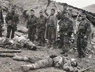 Алжирские бойцы рядом с убитыми французскими солдатами, 1959 год