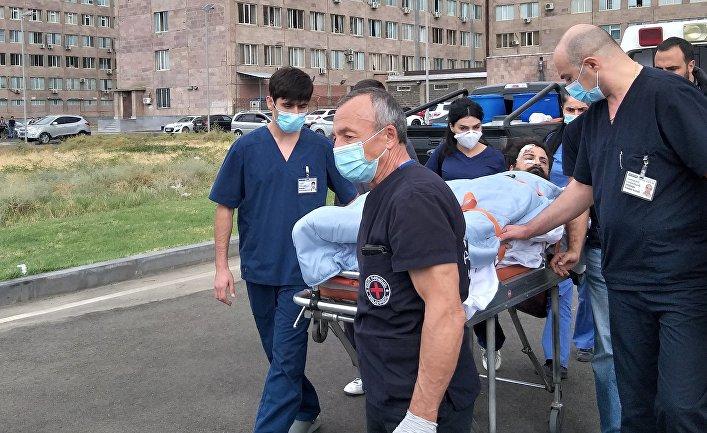 """Журналистов, раненных при освещении боевых действий в Нагорном Карабахе, перевозят из медицинского центра """"Эребуни"""" в аэропорт"""