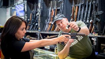 Женщина покупает оружие, Колорадо, США