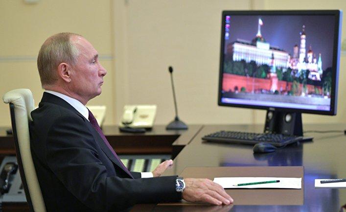 Президент РФ Владимир Путин во время встречи в режиме видеоконференции с главой Дагестана Владимиром Васильевы