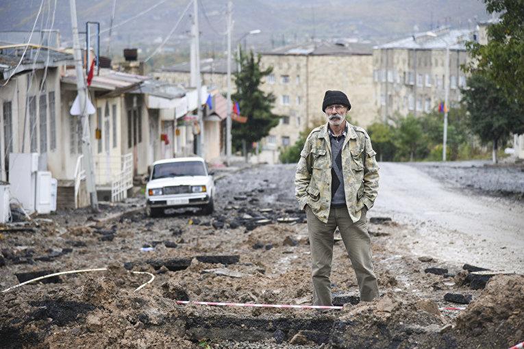 6 октября 2020. Мужчина в разрушенном Степанакерте, Нагорный Карабах