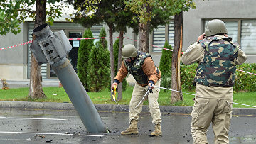 Саперы работают рядом с неразорвавшейся ракетой в Мингячевир