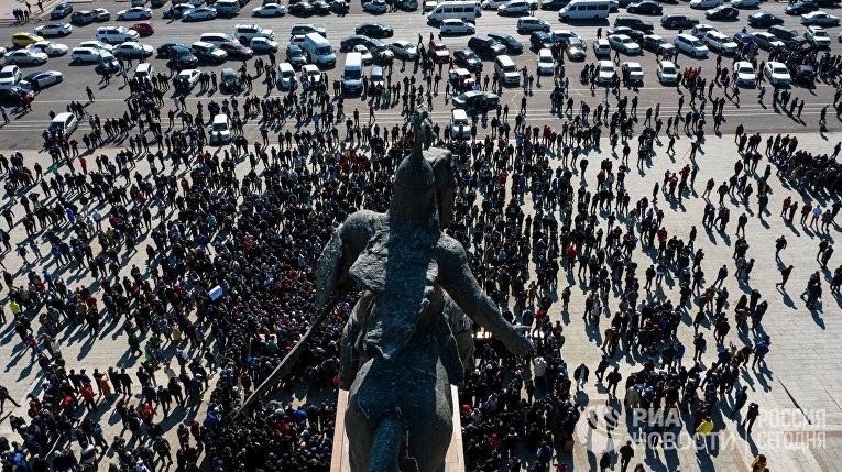 Участники акции протеста на центральной площади в Бишкеке