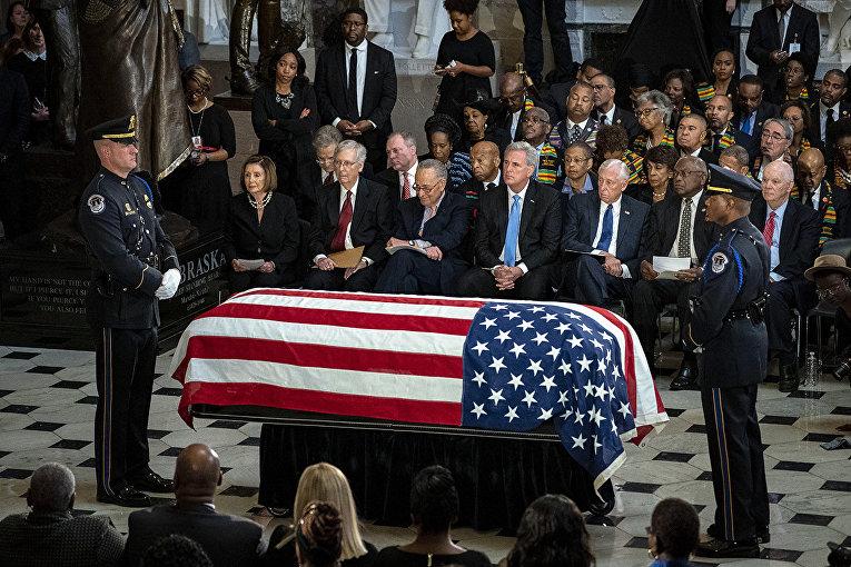 Политики на церемонии прощания с коллегой в Капитолии в Вашингтоне