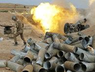 Армянский солдат стреляет из артиллерийского орудия