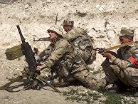 Азербайджанские солдаты ведут огонь в Нагорном Карабахе